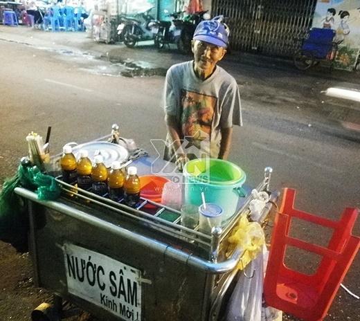 Hằng ngày, ông Năm vẫn đẩy xe nước sâm khắp các nẻo đường ở Sài Gòn bán kiếm tiền mưu sinh.