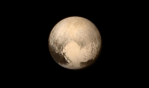 Bức ảnh sao Diêm Vương chụp ngày 13/7/2015 từ phi thuyền New Horizones (Chân Trời Mới) của NASA. Sau hơn 9 năm, cuối cùng chiếc phi thuyền đã đi qua sao Diêm Vương và đánh dấu cuộc hành trình 3 tỉ dặm đến nơi xa xôi nhất của hệ Mặt Trời.