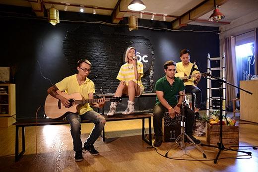 Kết hợp cùng ban nhạc Mộc thể hiện những ca khúc khủng.