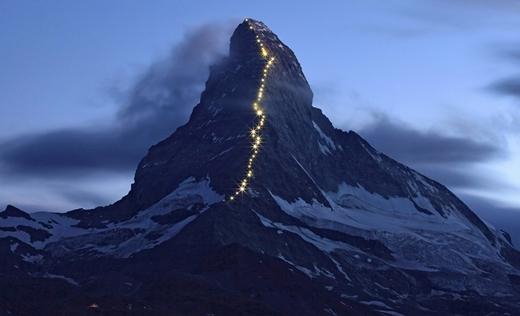 """Matterhorn là một trong những đỉnh núi nguy hiểm nhất trong dãy Alps: từ năm 1865 đến 1995, đã có 500 người leo núi tử nạn ở đây. Matterhorn đã trở thành một hình ảnh biểu tượng củadãy núi Alps nói chung. Đợt chinh phục Matterhorn do Edward Whymper đứng đầu đã kết thúc trong thảm họa. Bốn thành viên của đoàn rơi và chết khi họ xuống núi (điểm này được đánh dấu bằng chấm đỏ thứ tư đếm từ trên đỉnh). Cũng từ vụ tai nạn kinh khủng này, hoạt động leo núi tại khu vực dãy phía Bắc đã bị cấm cho đến năm 1931. Kể từ đó, nơi đây trở thành một hiện tượng """"kì bí"""" và buộc phải đóng cửa, cấm sử dụng cho mục đích thám hiểm."""