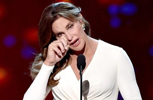 Khoảnh khắc vinh danh Ceitlyn Jenner trong lễ trao giải thường niên ESPY (dành cho những màn trình diễn thể thao xuất sắc) với hạng mục Vận động viên dũng cảm nhất.