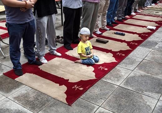 Một tín đồ Hồi giáo nhỏ tuổi thuộc dân tộc thiểu số Hui của Trung Quốc, đang ngồi cầu nguyện trên tấm thảm tại nhà thờ lịch sử Niujie ở Bắc Kinh, nhân tháng ăn chay thánh lễ Ramadan.