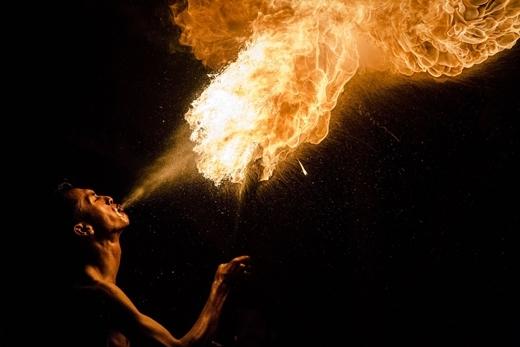 """Một người đàn ông Hồi giáo với màn trình diễn thổi lửa độc đáo trong trò chơi bóng đá lửa – được biết đến với tên gọi """"bola api"""" trước ngày lễ Eid Al-Fitr của Indonesia."""