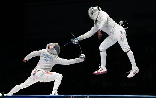 Tiberiu Dolniceanu của Romania và Daryl Homer của Hoa Kỳtrong trận đấu bán kếttại giải vô địch đấu kiếm thế giới ở Moscow, Nga.