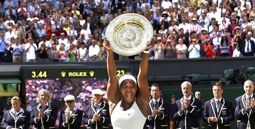Serena Williams(Mỹ) nâng chiếc cúp vô địch sau khi thắng trận chung kết với Garbine Muguruza (Tây Ban Nha) tại Giải vô địch tennis Wimbledon tổ chức ở London.