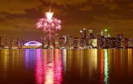 Pháo hoa trên nền trời Toronto trong lễ khai mạc Pan American Gamesnăm 2015 tại Canada.