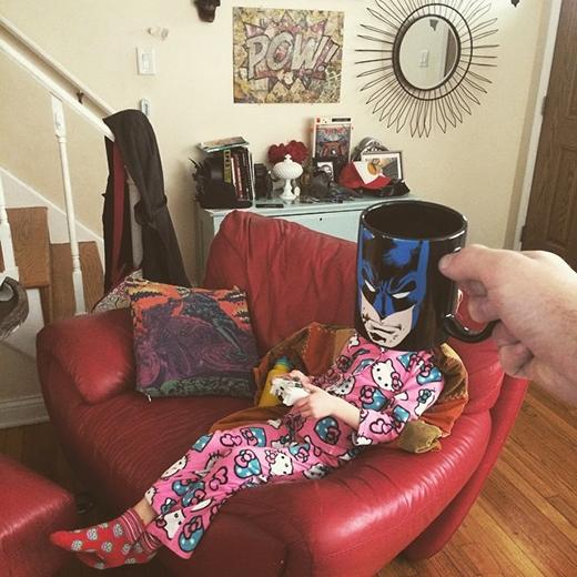 Batman điệu đà trong bộ đồ ngủ màu hường.