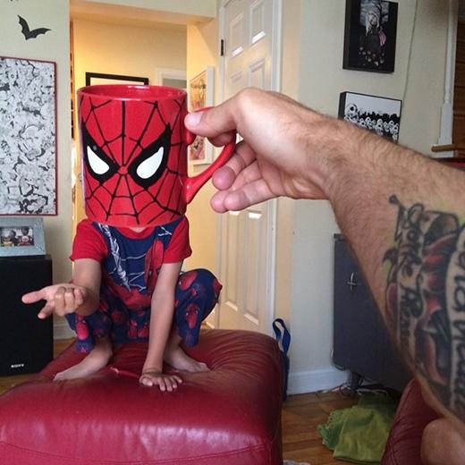 Tạo dáng giống Người nhện (Spider Man) chưa này.