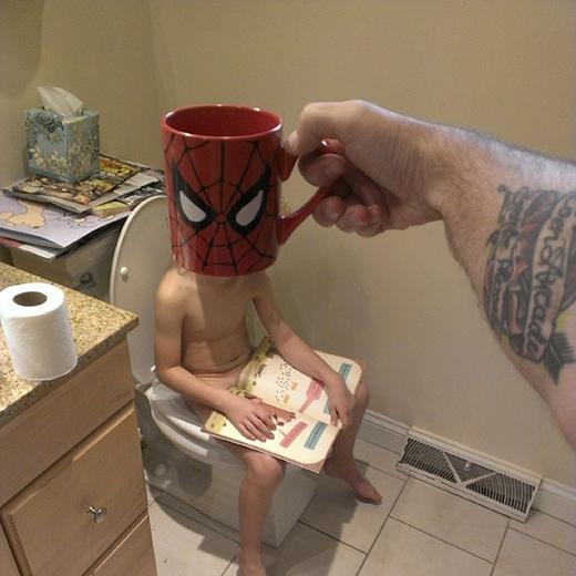 Khi Người nhện đi vệ sinh phải có sách thì mới chịu.