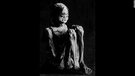 Chân dung một xác ướp đang trong tư thế rất trầm tư, thậm chí là đang sợ hãi.