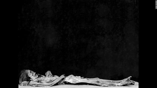 Một cụ già trong tư thế ngủ say. Người đàn ông này đã bị khóa chặt trong nhiều năm trước khi mất. Salcedo cho biết xác ướp này vẫn yên nghỉ một chỗ cố định trong hơn 1000 năm.