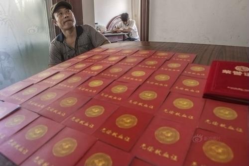 Những tấm giấy chứng nhận hiến máu cứu con của ông Bình.