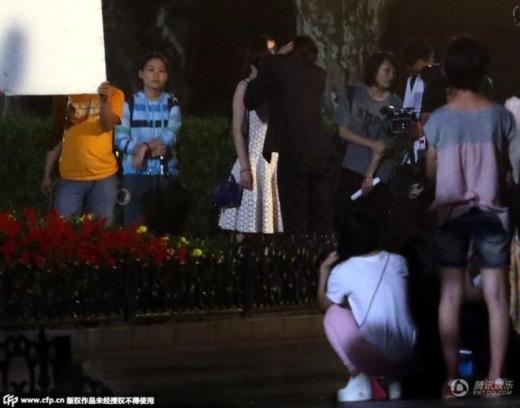 Cảnh hôn đụng chạm vòng một của Lý Dịch Phong và Dương Mịch đang gây náo động trên mạng.