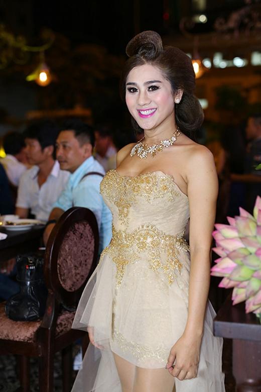 """Nữ ca sĩ chuyển giới Lâm Chi Khanh cũng mắc lỗi tương tự khi chọn trang phục tham dự buổi tiệc sinh nhật của cô. Vốn yêu thích và hay """"cưa sừng làm nghé"""" trong những bộ váy xòe điệu đà trên nền chất liệu voan, ren nhưng chưa bao giờ Lâm Chi Khanh ghi điểm với loại trang phục này."""