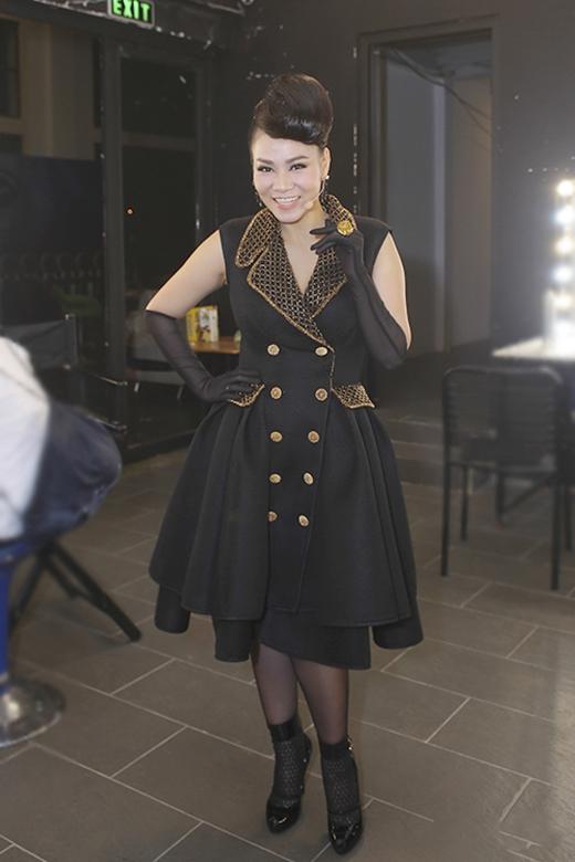 Sau nhiều lần ghi điểm với những bộ cánh đơn giản, sang trọng, Thu Minh bất ngờ lọt nhóm mặc xấu bởi sự kết hợp trang phục không phù hợp. Kiểu tóc bới cao mang hơi thở quý tộc, găng tay, tất chân dường như không hề ăn khớp với bộ váy hiện đại, trẻ trung mà nữ giám khảo VietNam Idol 2015 diện trên ghế nóng tuần vừa qua.