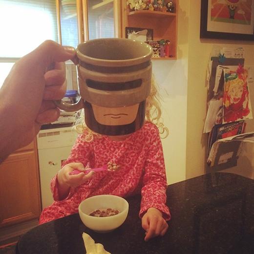 Siêu anh hùng ngồi điệu đà ăn ngũ cốc vào sáng sớm.