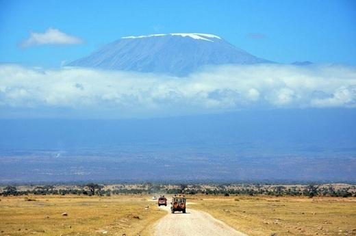 Hàng năm, núi Kiliminjaro thu hút hơn 40.000 du khách, chưa tính những người khuân vác, đầu bếp và hướng dẫn viên.