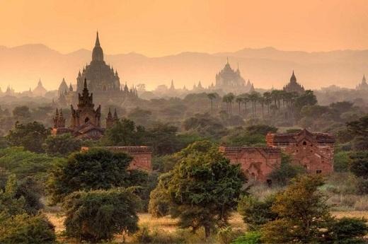 Thành phố cổ này có niên đại từ thế kỉ 13, nổi tiếng với nhiều chùa chiền và tu viện Phật giáo. Điểm cao nhất của thành phố có hơn 10.000 chỗ cầu nguyện, tuy nhiên hiện nay chỉ còn 2.200 nơi tồn tại.