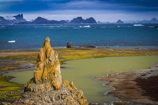 Là một trong những khu vực hiếm hoi không bị bao phủ bởi băng tuyết, đảo Barrientos là một nơi lí tưởng để ngắm băng tan ở Nam Cực. Nơi đây cũng là một bến đỗ của những chiếc thuyền ở Nam Cực.