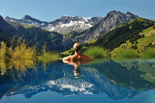 """Khách sạn Cambrian tọa trên đỉnh Alpes, Thụy Sĩ với bốn bề là những cảnh quan đẹp """"không thể tin nổi""""."""