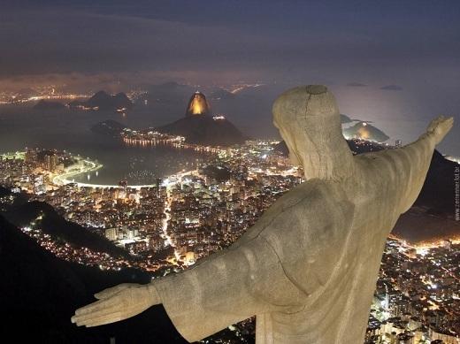 Là nơi tọa lạc của bức tượng Chúa Kito Cứu Thế nổi tiếng, đỉnh núi Corcovado sẽ cho bạn một góc nhìn hoàn toàn mới lạ về thành phố Rio de Janeiro. Ngoài ra, nếu đứng ở đây, bạn còn có thể chiêm ngưỡng vẻ đẹp không thể cưỡng lại của núi Sugarloaf ở phía đông nam thành phố.