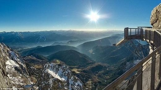 Khu nghỉ dưỡng Dachstein Glacier ở dãy núi Alpes nổi tiếng với cây cầu cao nhất thế giới với độ cao 396m tính từ chân núi.