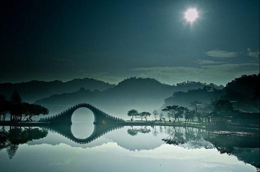 Cây cầu ẩn hiện như bước ra từ truyền thuyết.