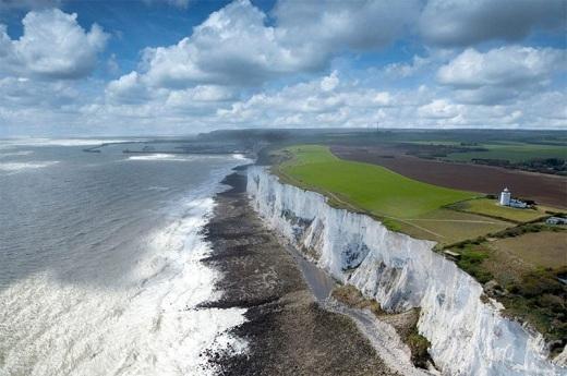 Vách đá Dover sẽ đem đến cho bạn những cảnh đẹp hết sức ngoạn mục của bờ biển Anh,eo biển Dover và cả bờ biển Pháp.
