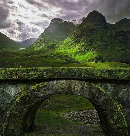 Cây cầu đá cổ kính được phủ kín bởi rêu xanh này nằm ở cao nguyên Scotland.