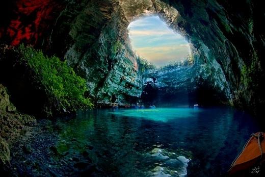 Trong thần thoại Hy Lạp, các nữ thần cây cỏ đã từng sống trong hang động tuyệt đẹp này và thu hút đàn ông bằng vẻ đẹp tuyệt trần của mình. Dưới ánh mặt trời, ai được ánh sáng xanh chiếu vào người khi bơi ở đây sẽ nhận được nhiều điều may mắn.
