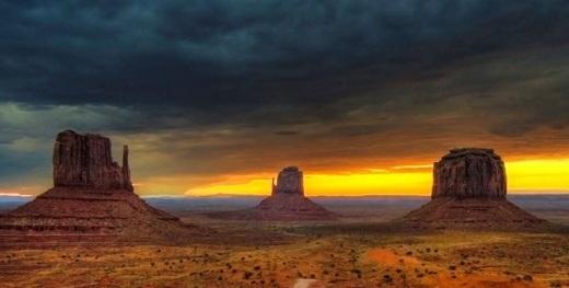Bạn có thấy thung lũng này trông quen không? Nơi đây thường được các nhà làm phimHollywoodchọn làm bối cảnh đấy. Cấu trúc bằng đá sa thạch khổng lồ thống trị cảnh quan của thung lũng rộng lớn này. Đặc biệt,Monumentcòn được ví như một phiên bản yên tĩnh hơn của hẻm núi đá Grand Canyon.