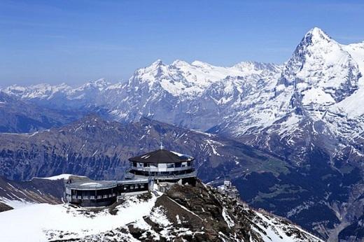 Một nhà hàng xoay nằm ở độ cao gần 914m trên dãy núi Alpes của Thụy Sĩ.