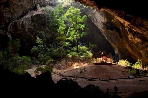 Hang Phraya Nakhon thuộc vườn quốc gia Khao Sam Roi Yot. Hang động kì quái này gồm hai hang nhỏ được tạo bởi sự sụp đổ của đá ở trần hang. Đây còn là nơi thờ phụng vua Chulalongkorn.