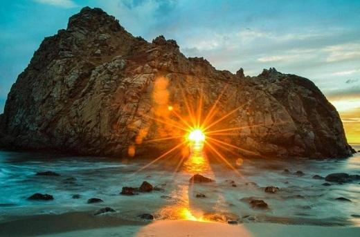 Pfeiffer thuộc bờ biển California, nổi tiếng bởi cảnh quan lãng mạn như bước ra từ phim ảnh. Bãi cát tím, những con sóng xô bờ không là gì so với cảnh hoàng hôn len lỏi qua những hòn đá sừng sững giữa biển khơi.