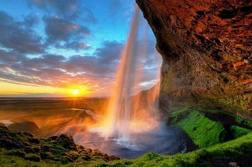 Seljalandsfoss là một trong những thác nước nổi tiếng nhất ởAi-len, đổ xuống từ độ cao hơn 60m.