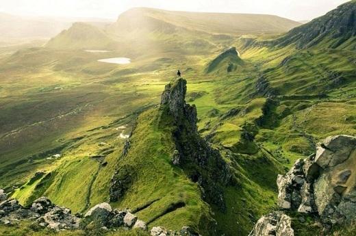 Đảo Skye nổi tiếng với cảnh quan tự nhiên và đời sống hoang dã. Bên cạnh các hồ nước yên ả và ngọn núi hùng vĩ, núi đá lở Quiraing là đại diện cho những gì đẹp nhất của hòn đảo này.