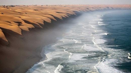 Ở Namibia,không khó để bắt gặp những đồi cát cao và tuyệt diệu nhất trên thế giới. Những đồi cát này tiếp tục kéo dài cho đến sát bờ biển Atlantic, tạo nên một cảnh quan kì vĩ hơn bao giờ hết.
