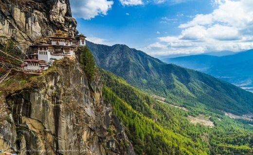 Nằm ở thung lũng Paro thuộc dãy Himalaya, tu viện cổ này là một nơi linh thiêng của đạo Phật. Nếu có dự định đến đây, tốt nhất là bạn nên đi vào mùa xuân, khi không khí mát mẻ và hoa nở khắp nơi.