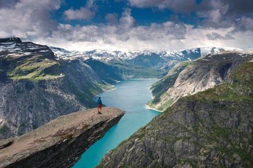 Trolltunga lơ lửng ở độ cao 701m so với hồ Ringedalsvatnet. Đứng ở bệ đá tự nhiên này, bạn có thể trông ra bốn bề thiên nhiên kì vĩ của núi rừng nơi đây.