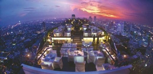 Moon Bar của khách sạn này không chỉ phù hợp cho một bữa ăn tối đầy lãng mạn và riêng tư, mà còn là vị trí hoàn hảo để ngắm mộtBangkok nhộn nhịp từ trên cao.