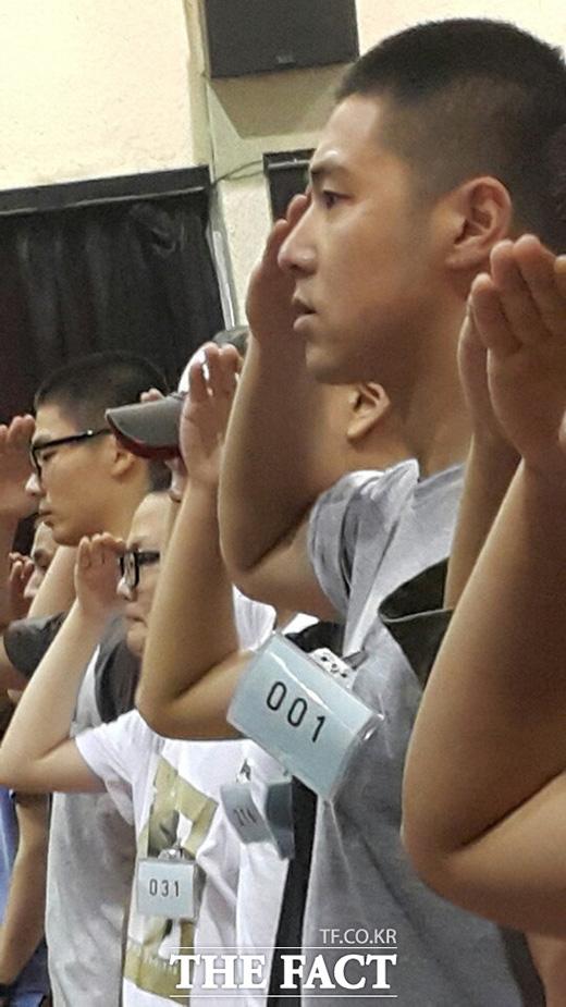 Những hình ảnh mới nhất của Yunho trong ngày đầu tiên trình diện tại doanh trại quân đội.