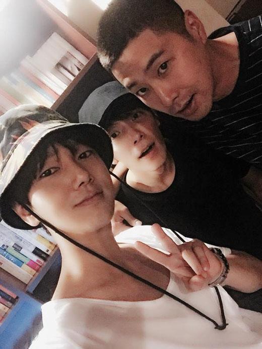 Các thành viên Super Junior đăng hình chụp cùng Yunhotrước khi nhập ngũ.