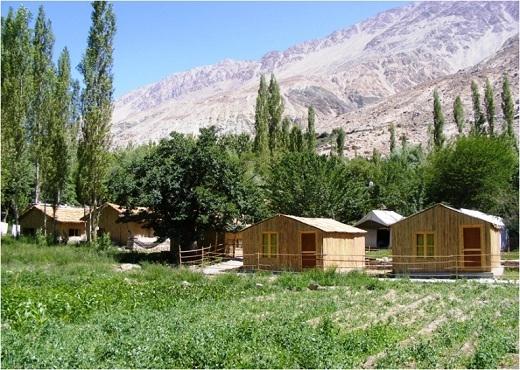 Vườn cây xanh tươi tốt là một điểm cộng cho khu trại.