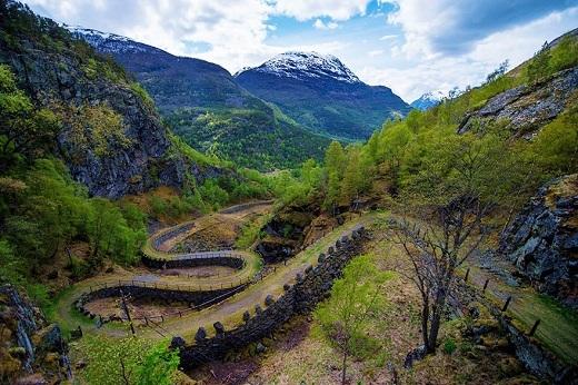 Con đường cổ quanh co như một con rắn khổng lồ hiên ngang giữa núi rừng có giúp bạn liên tưởng đến câu chuyện cổ tích nào không?