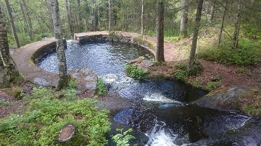 Được trầm mình trong chiếc hồ này và thư giãn với tiếng chim rừng trong không khí mát lạnh, trong lành của rừng núi thì còn gì bằng.