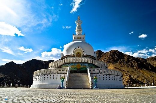Shanti Stupa sừng sững giữa trời mây