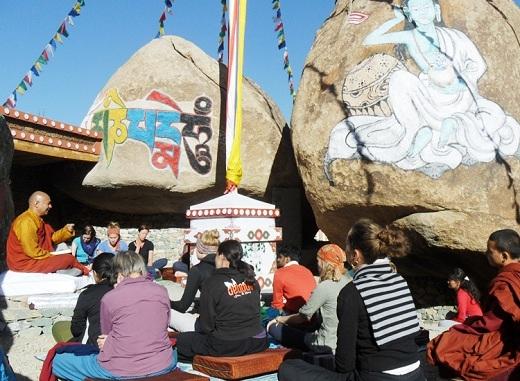 Du khách còn có thể nghe các vị sư giảng triết lí nhà Phật.