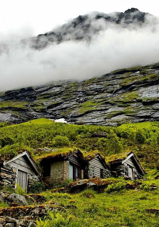 Những trang trại cũ rêu phong nằm cheo leo bên dốc núi đá là một nét độc đáo của Na Uy.