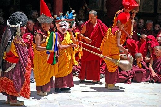 Lễ hội thường diễn ra dưới sự chứng kiến của khoảng 600 tăng ni và hơn 10.000 du khách tham dự.