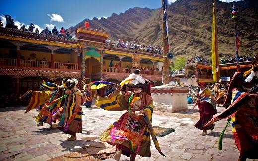 Lễ hội kỉ niệm ngày sinh và ngày chiến thắng ma vương của đứcGuru Padmasambhava, người sáng lập ra Phật giáoTây Tạng.
